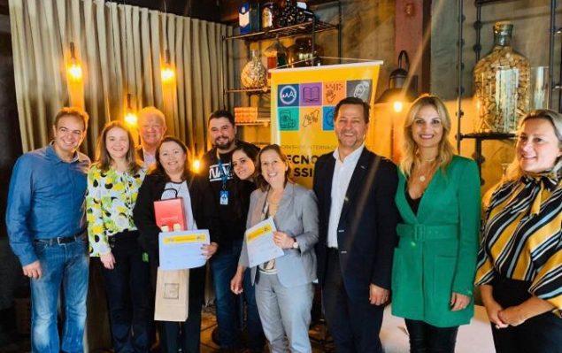 representantes entregando prêmio para os banners de tecnologia assistiva